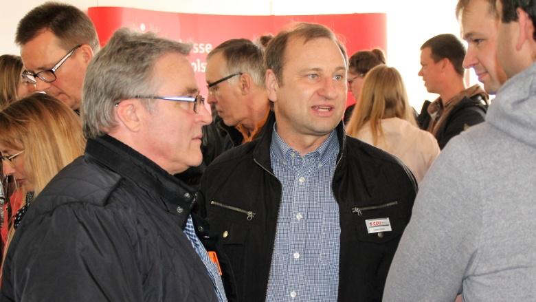 Brunsbüttels CDU Ortschef Michael Kunkowski und Landtagskandidat Volker Nielsen in intensiven Gespräch mit Unternehmen aus Dithmarschen