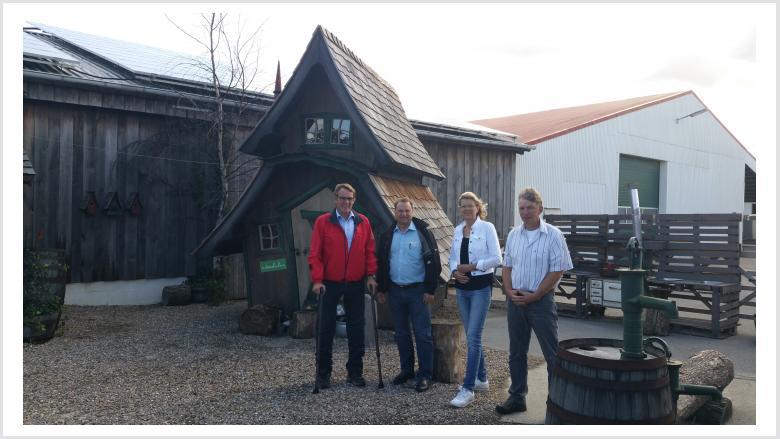 Jörg Hollmann (von links) und Volker Nielsen besuchen Petra und Helmuth Rolfs.