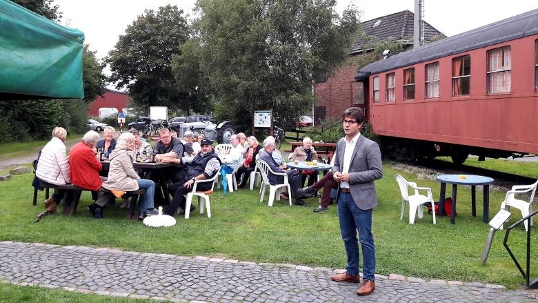 CDU Bundestagsabgeordneter Mark Helfrich im Nachbarschaftsgespräch auf dem Donn