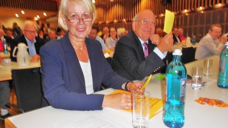 Astrid Damerow mit MdL-Kollegen Klaus Jensen bei der Stimmabgabe