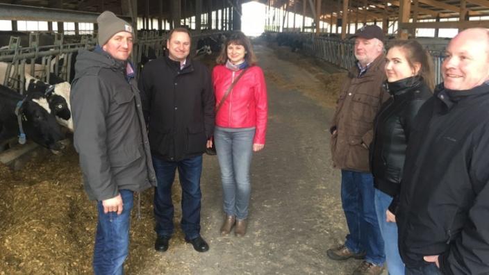 Krumstedter Milchbauer Henning Timm stellt tierschutzgerechte Rinderhaltung vor