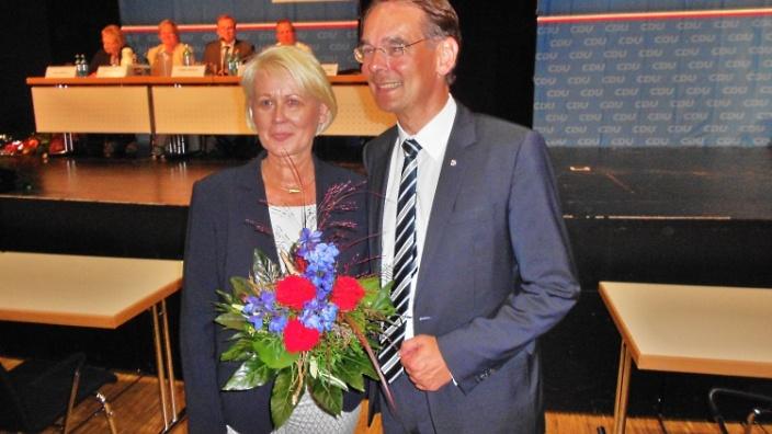 Ingbert Liebing gratuliert der strahlenden Siegerin