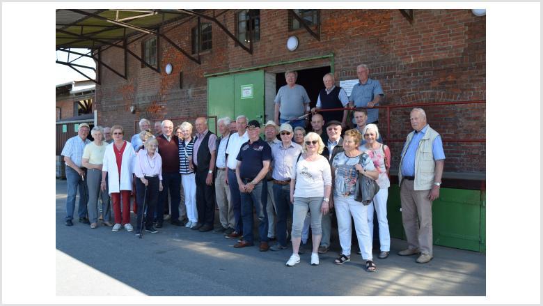 Senior- und Juniorchef Stöfen inmitten der Teilnehmer vor dem ältesten Lager in Wesselburen